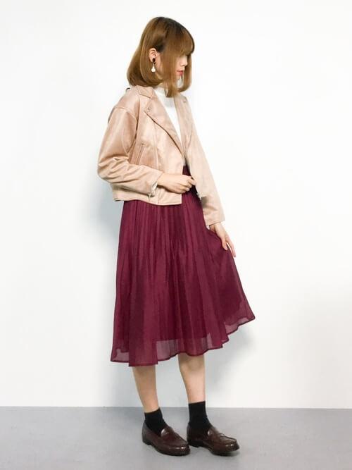 ベージュライダース×ワインレッドプリーツスカートのコーデ画像