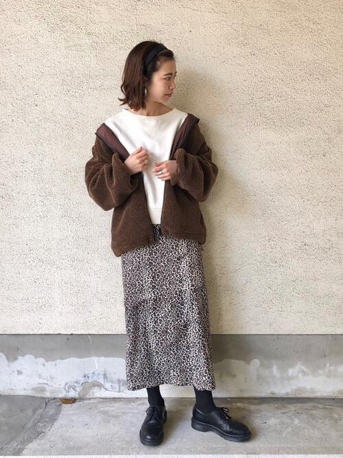 ブラウンショート丈ボアブルゾン×レオパード柄スカートのコーデ画像