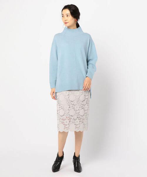 ブルーニット×ライトグレーレースタイトスカートのコーデ画像