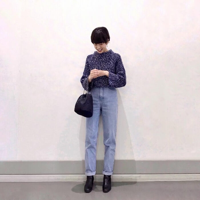 黒ブーツとライトブルーのガールフレンドデニムのコーデ画像