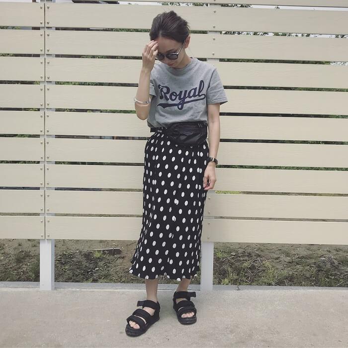 グレープリントTシャツ×ドットロングスカートのコーデ画像