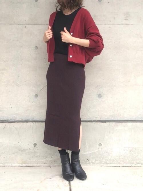 赤カーディガン×ボルドーニットタイトスカートのコーデ画像