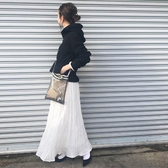 黒ビッグパーカー×白プリーツスカートのコーデ画像