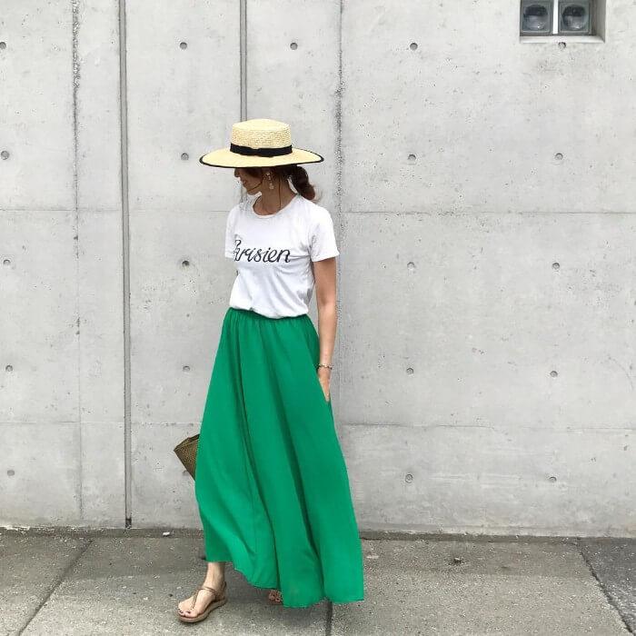 緑色マキシ丈フレアスカート×麦わら帽子のコーデ画像