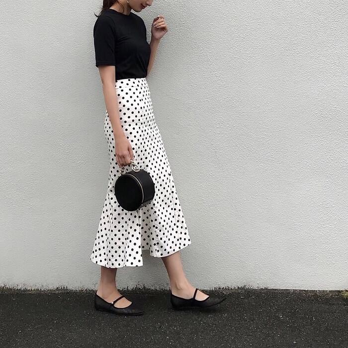 気温25度の黒Tシャツ×ドットスカートの半袖コーデ画像