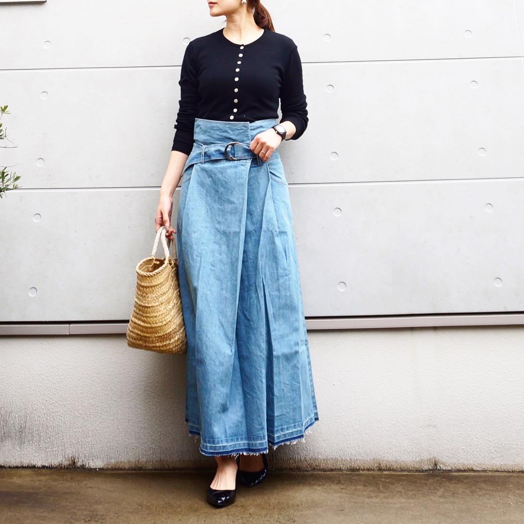 黒カーディガン×デニムスカートのコーデ画像