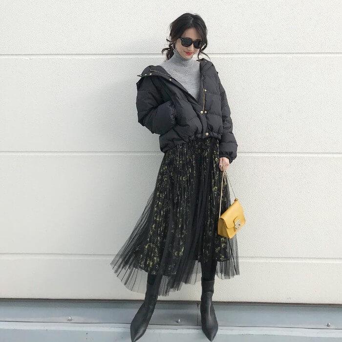 ミモレ丈チュールスカート×黒タイツのコーデ画像