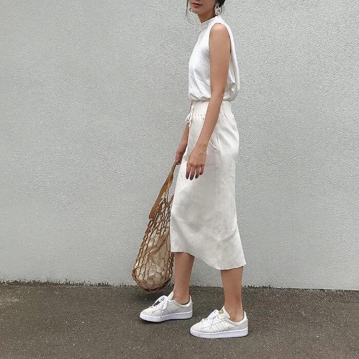 ストレッチ素材の白タイトスカート×白ノースリーブのコーデ画像