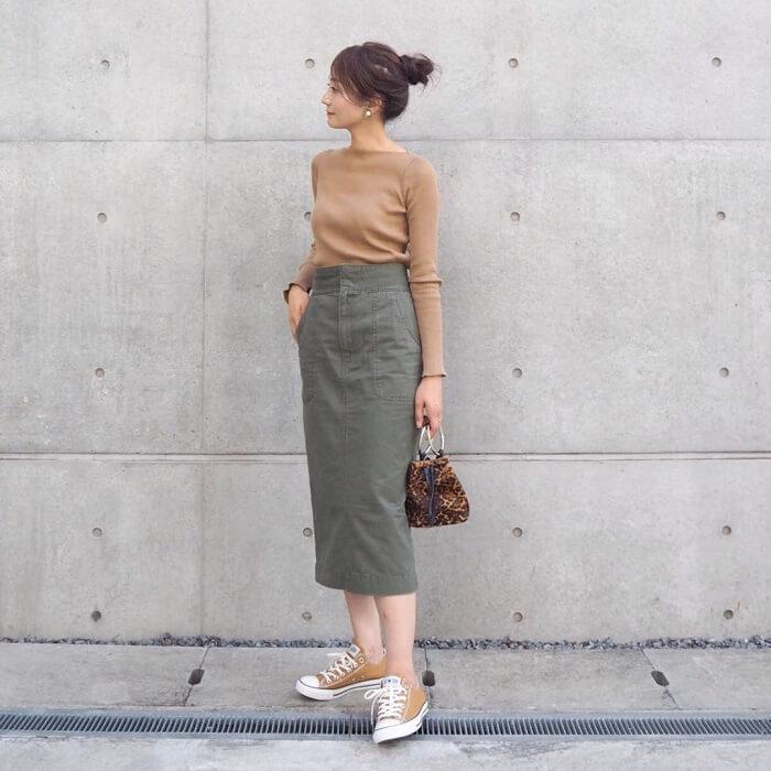 ベージュトップス×カーキタイトスカート×中間色スニーカーのコーデ画像