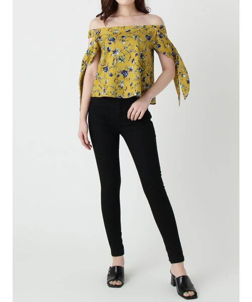 イエロー花柄オフショルダーブラウス×黒スキニーのコーデ画像