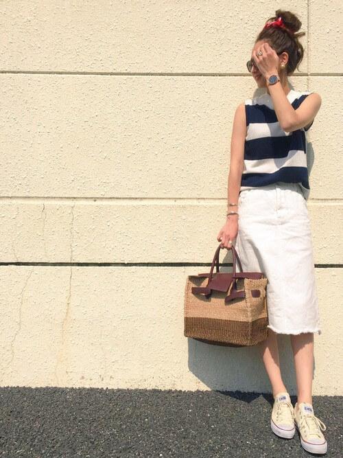 ボーダートップス×白デニムタイトスカートのコーデ画像