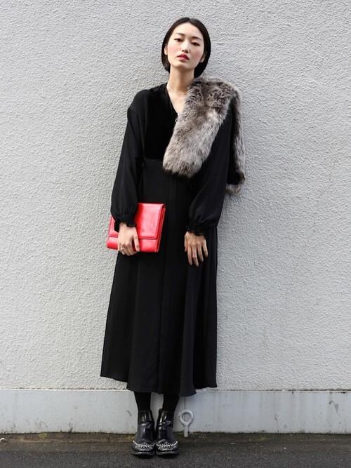 黒ドレス×ブーツのコーデ画像