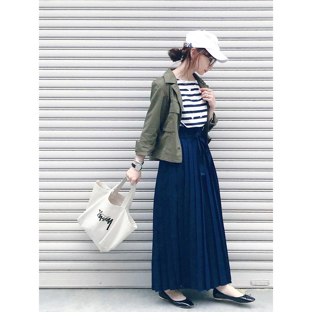 プリーツスカート×カーキシャツのコーデ画像