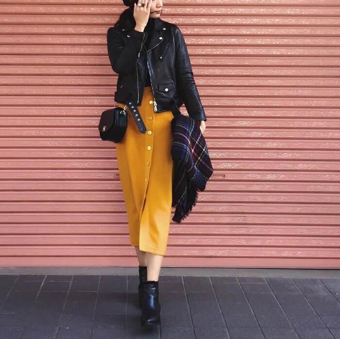 黒ライダース×からし色タイトスカートのコーデ画像