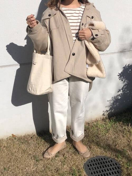 ワイドシルエットのホワイトジーンズとバレエシューズのコーデ画像