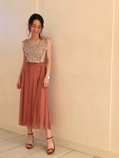 ピンクレースブラウス×プリーツスカートのコーデ画像