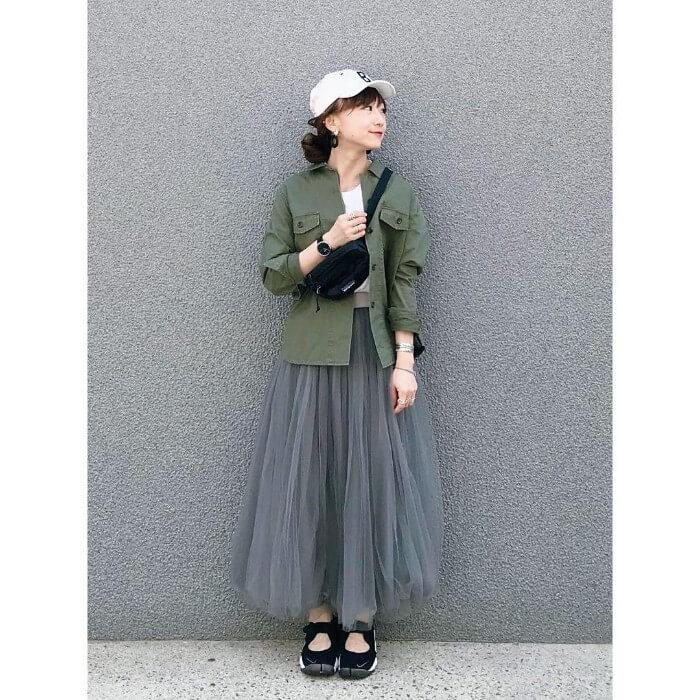チュールスカート×ミリタリーシャツのコーデ画像