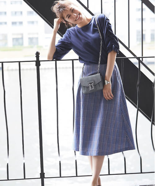 ネイビーブラウス×青チェックフレアスカートのコーデ画像