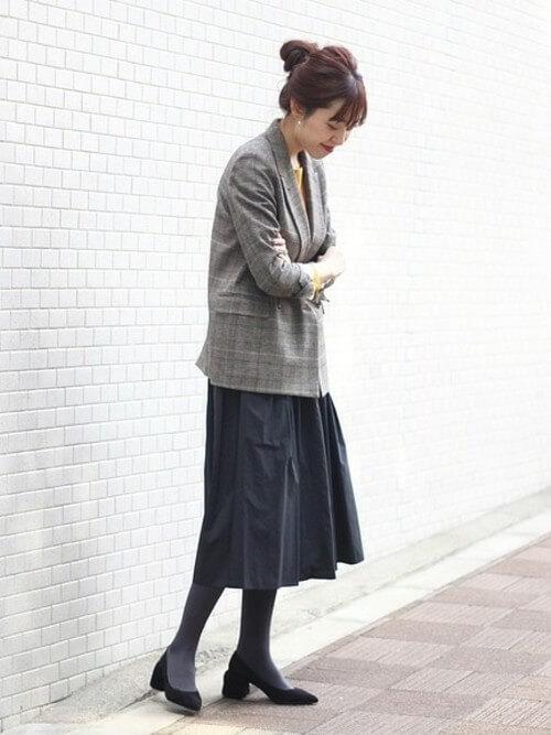 グレージャケット×黒フレアスカートのコーデ画像
