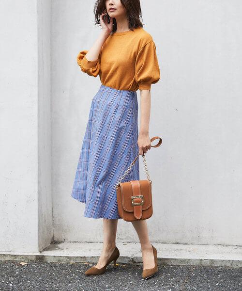 オレンジニット×青チェックフレアスカートのコーデ画像