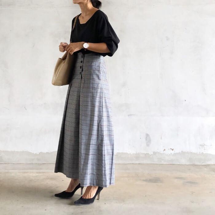 グレーチェック柄ロングスカート×黒ニットのコーデ画像