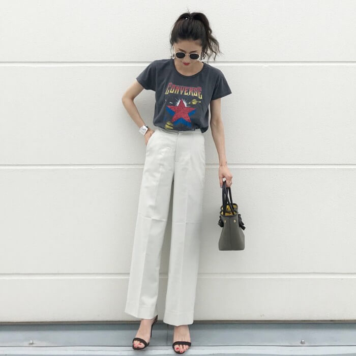 ロゴTシャツ×白ワイドパンツ×ストラップサンダルのアメカジコーデ画像