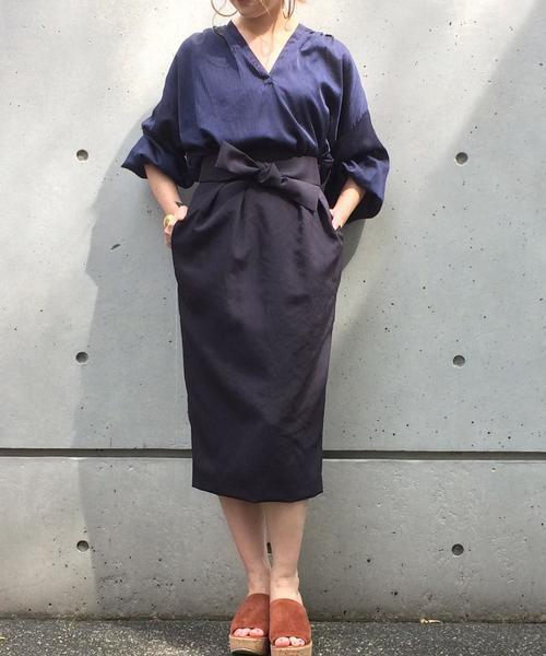 ネイビースキッパーシャツ×黒コクーンスカートのコーデ画像
