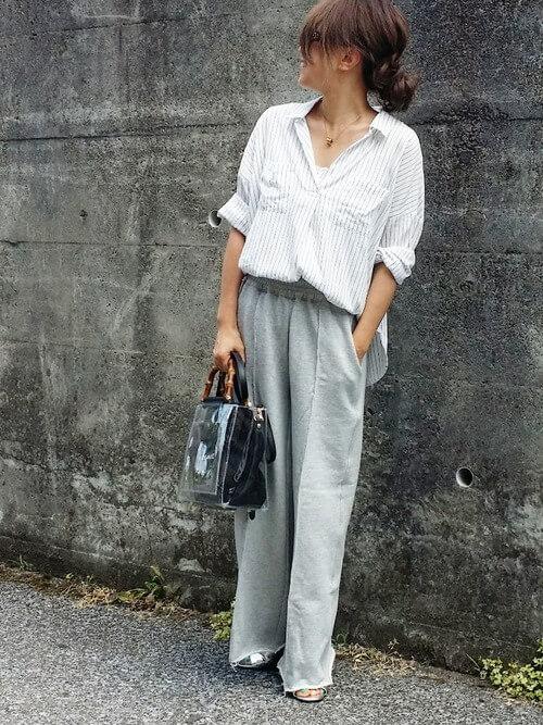 ライトグレーのスウェットパンツとストライプのホワイトシャツのコーデ画像