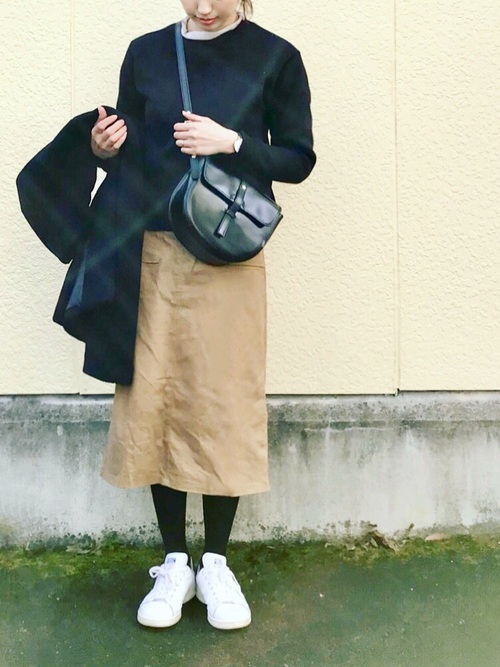 ベージュロングタイトスカート×黒タイツのコーデ画像