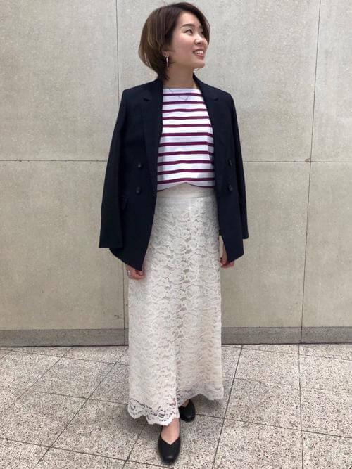 紺ジャケ×赤ボーダートップス×白花柄レーススカートのマリンコーデ画像