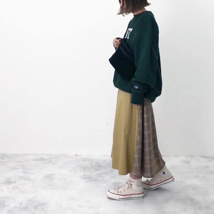 グリーンスウェット×切替デザインスカートのコーデ画像