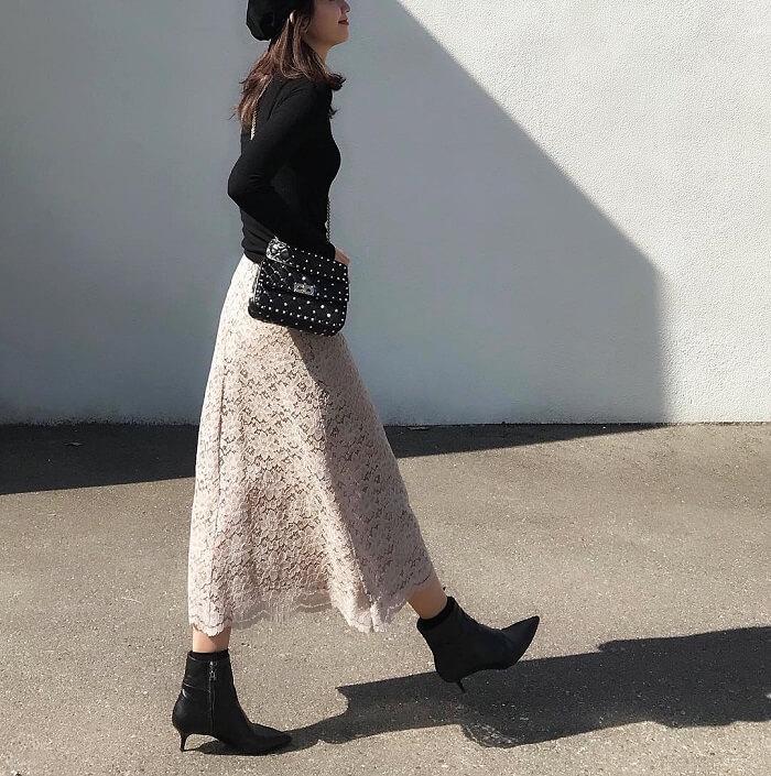 フレアシルエットのベージュレーススカート×黒トップス&黒小物のコーデ画像