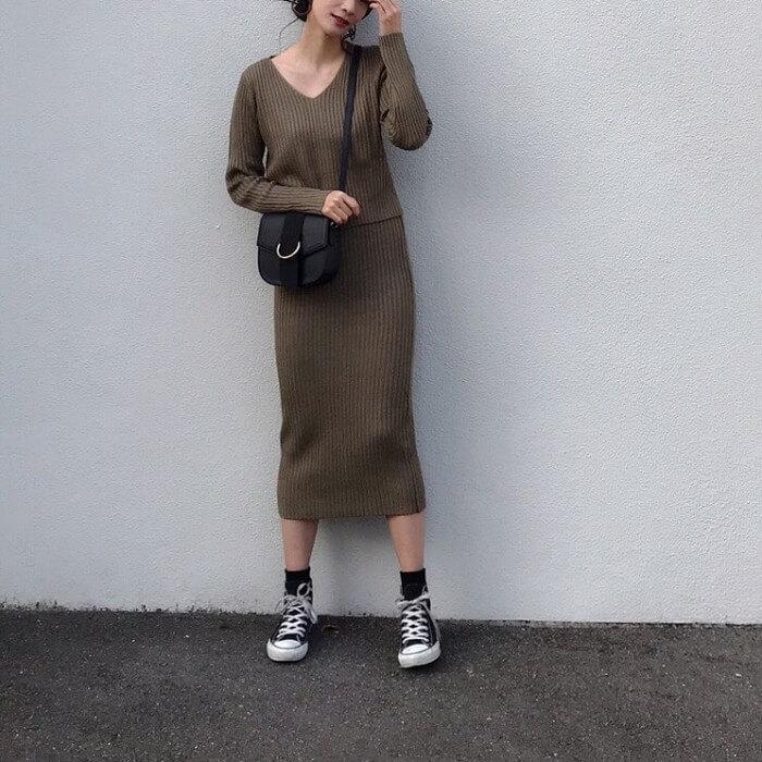 ブラウンタイトスカート×黒スニーカー×黒靴下の秋冬コーデ画像