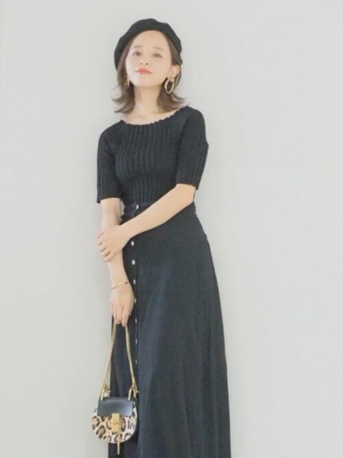 定番の黒ベレー帽でシックな装いのコーデ画像