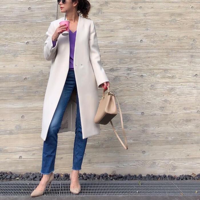 白コート×紫インナー×デニム