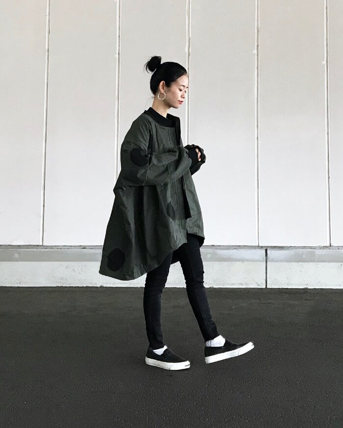 オーバーサイズのジャケット×スリッポンのコーデ画像