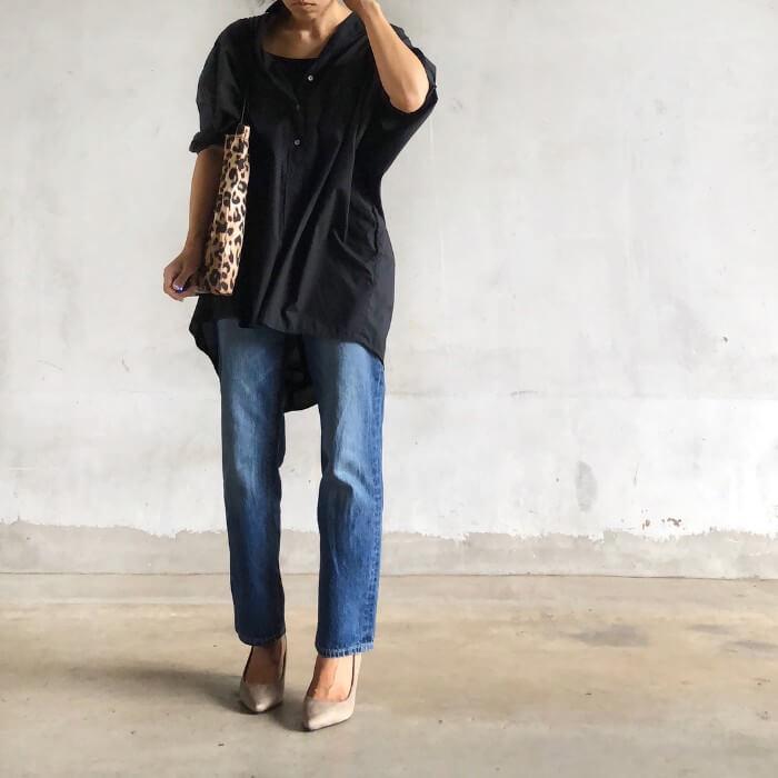 黒シャツ×デニムパンツのコーデ画像