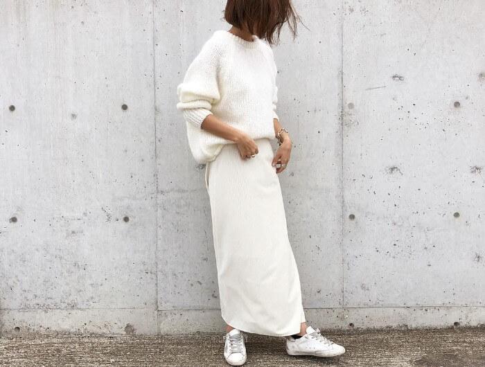 白ロングスカート×白スニーカーのコーデ画像