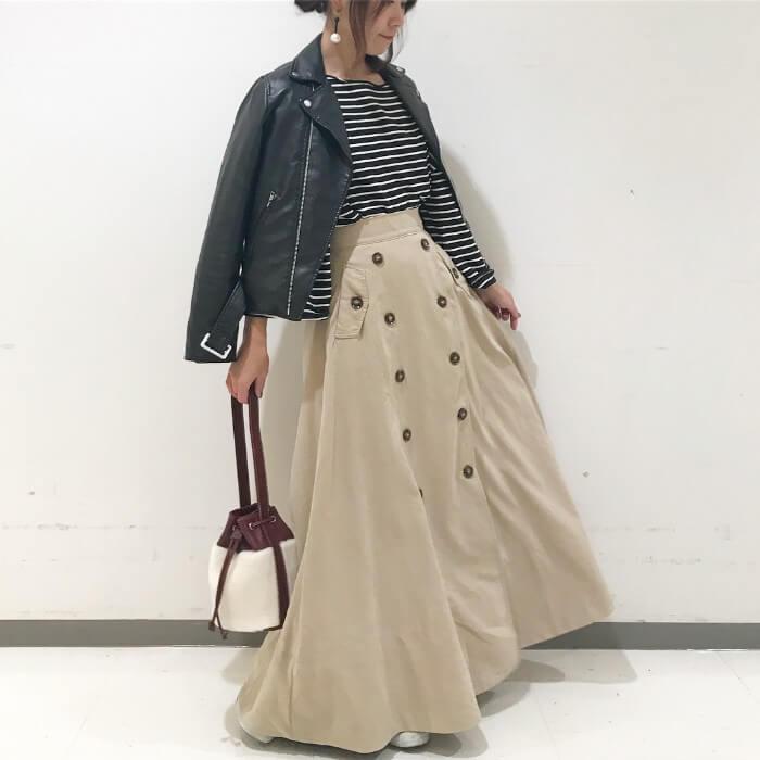 黒ライダース×ベージュフロントボタンスカートのコーデ画像