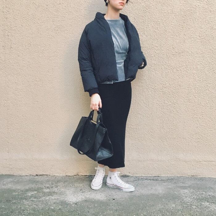 ショート丈ダウンジャケット×タイトスカートのコーデ画像