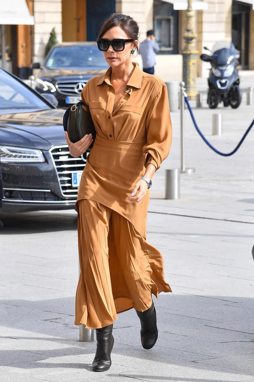 ヴィクトリア・ベッカムの私服ファッション写真(ブラウンのプリーツスカート)