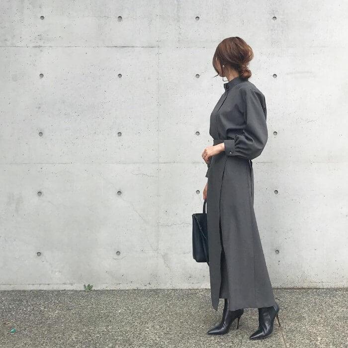 グレーのブラウス×グレーのタイトスカートのコーデ画像