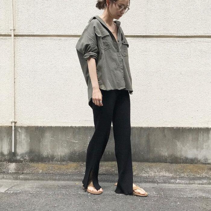 カーキオーバーサイズシャツ×黒リブニットパンツのコーデ画像
