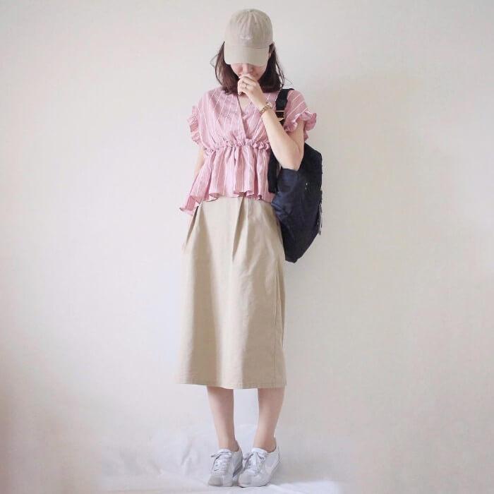 ベージュキャップ×赤ブラウス×ベージュタイトスカートの春夏コーデ画像