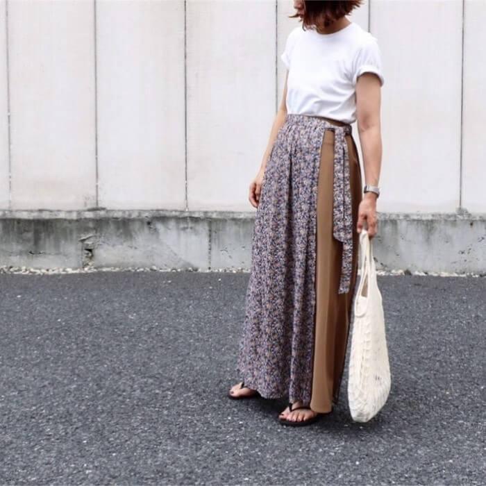 白無地Tシャツと花柄ラップスカートのコーデ画像