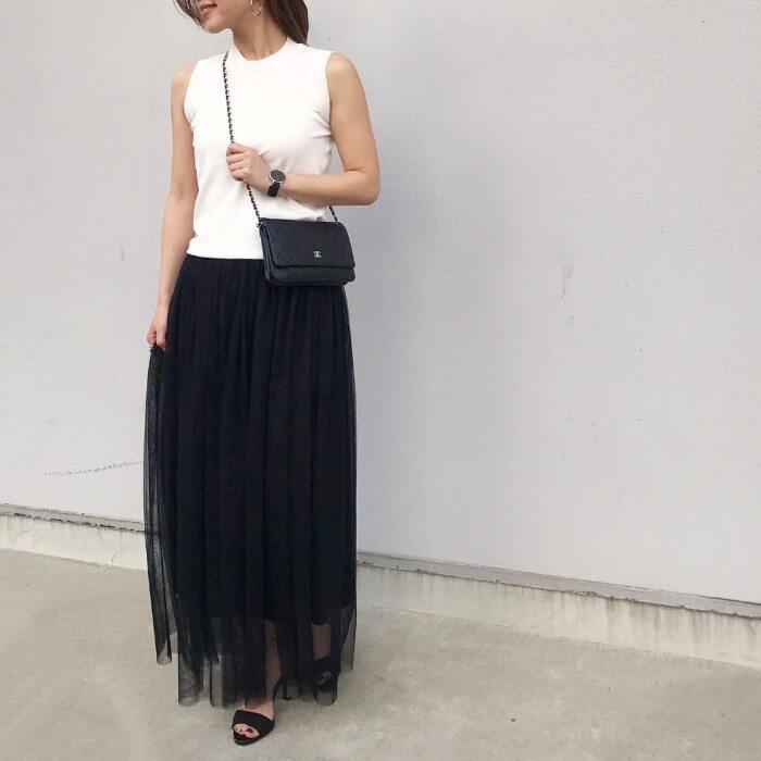 白ノースリーブトップス×マキシ丈黒チュールスカートのコーデ画像