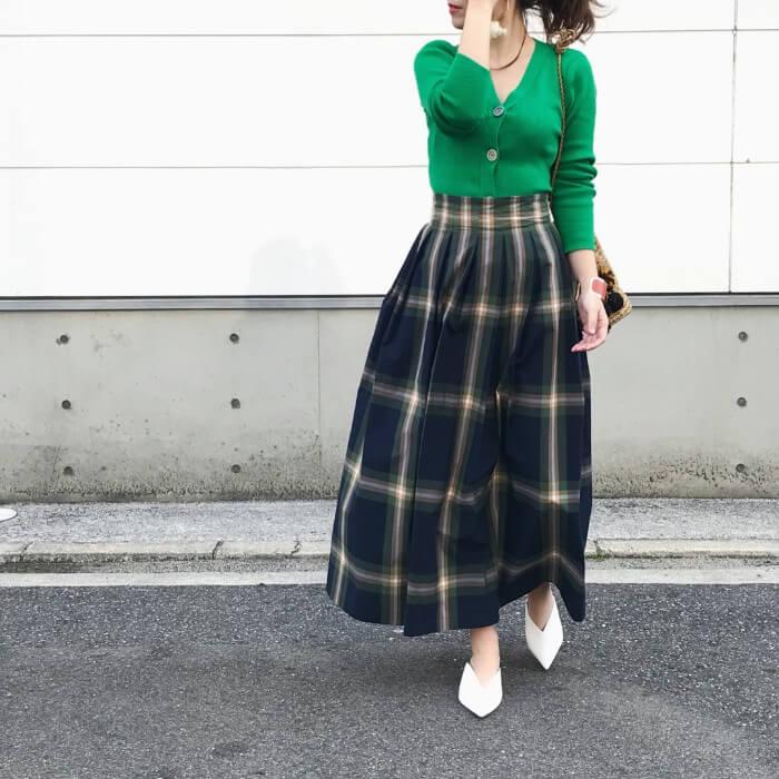 グリーンリブニット×チェック柄ロングスカートのコーデ画像