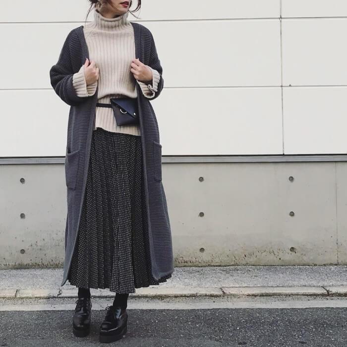 ベージュニット×ドット柄黒プリーツスカートのコーデ画像