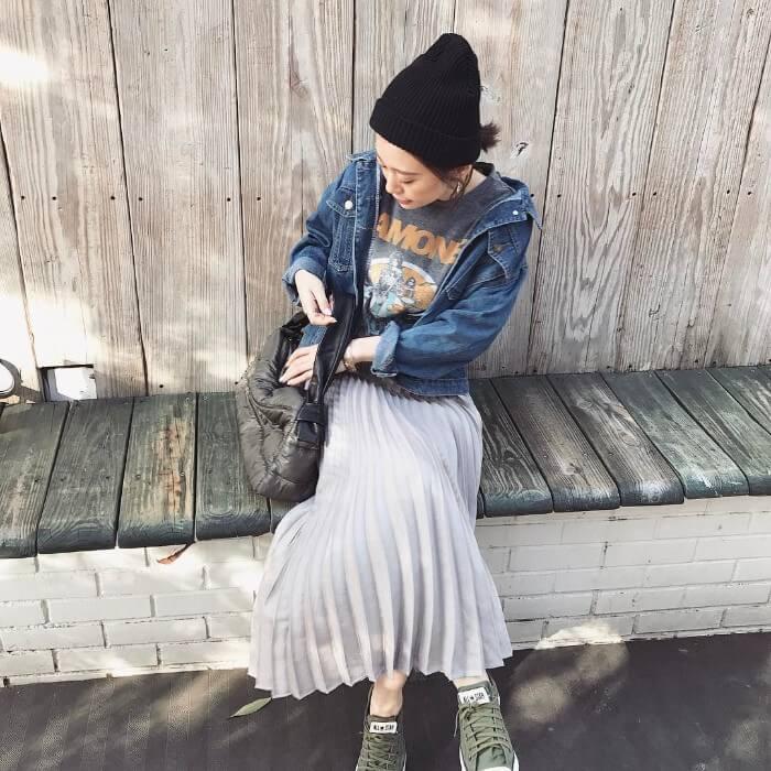 黒ニット帽×Gジャン×プリーツスカートのコーデ画像