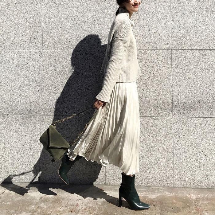 白ロングプリーツスカート×グリーンショートブーツのコーデ画像